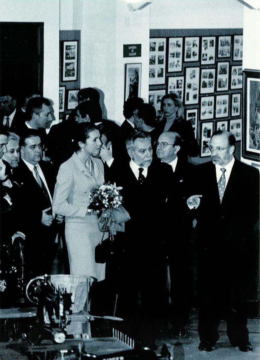 S.A.R. la Infanta Doña Elena recorriendo la sala de la maquinaria el día de la inauguración el 4 de febrero de 1999